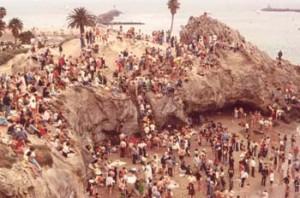 Множество хиппи крещены Лонни Фрисби в Калифорнии